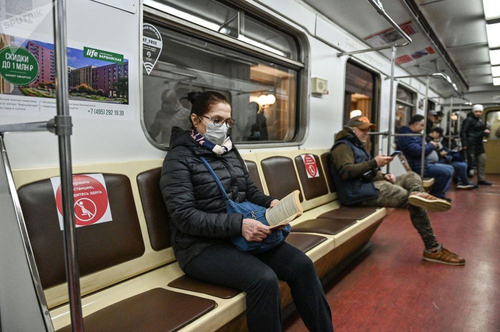 Названы книги, которые чаще всего читают пассажиры в метро