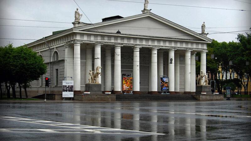 Уличная выставка «Новые руины. Стекло» продолжает свою работу в Санкт-Петербурге